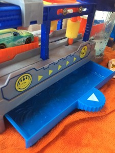 Hot Wheels Color Changing car wash blue water tray underneath pulled out